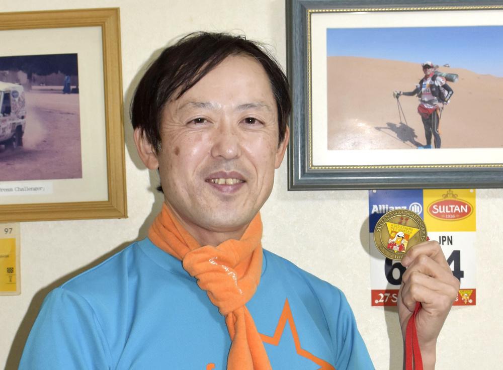小児病棟の子どもにマラソンの完走メダルを贈る活動を続けている和田真人さん=2月、愛知県春日井市