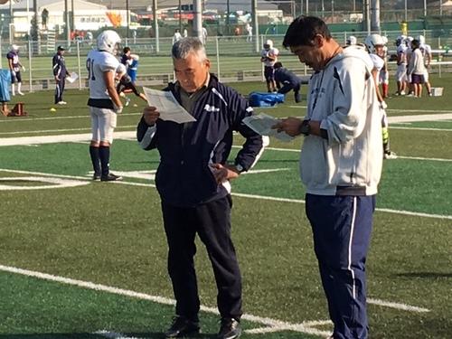 立教大の市瀬ヘッドコーチ(右)と練習スケジュールを確認する水野さん=埼玉県富士見市の立教大グラウンド