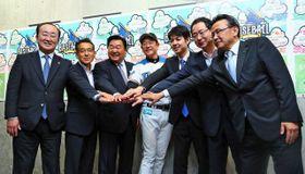 イベントの開催を発表する日本ハムの栗山英樹監督(中央)や4市町の首長ら