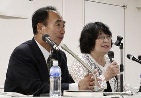 記者会見する森友学園前理事長の籠池泰典被告(左)と妻の諄子被告=24日午、東京都文京区
