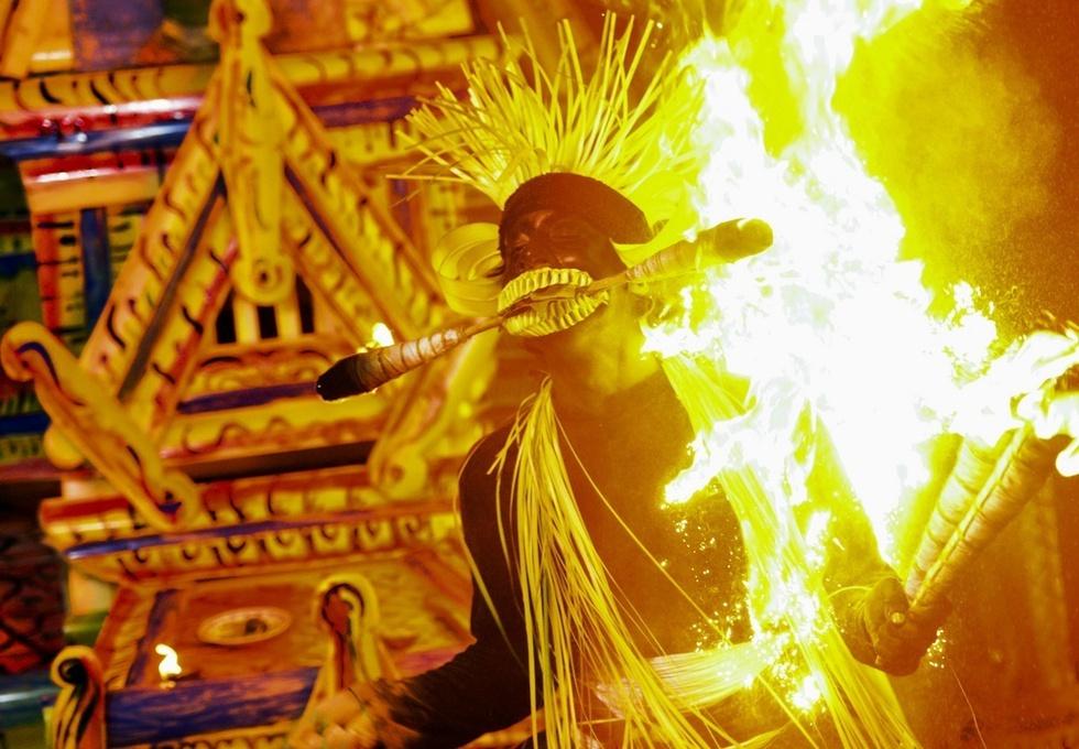 炎をまとい踊るニプル。一晩中休み無く続いた悪魔払いの儀式は、夜明け近くに最高潮に達した=スリランカ南部ヒッカドゥワ(撮影・村山幸親、共同)