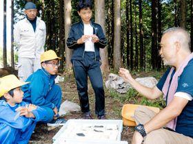 児童に矢尻の特徴や考古学について紹介する柴田准教授(右)