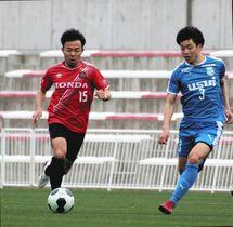 ドリブル突破を図るホンダのFW原田開選手(左)=浜松市北区で