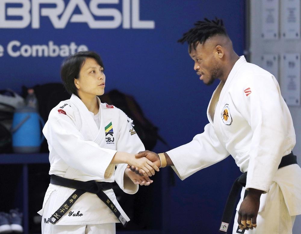 練習前に選手とあいさつするブラジル柔道男子代表監督の藤井裕子さん(左)=2019年9月、リオデジャネイロ(共同)