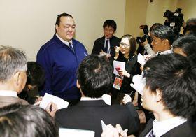 NHK福祉大相撲で親方として初の業務に当たり、報道陣の取材に応じる荒磯親方=9日午後、東京・両国国技館