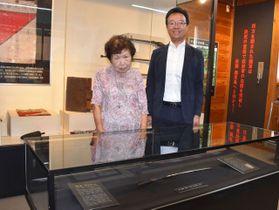 西郷隆盛宿陣跡資料館に展示された桐野利秋が贈ったとされる刀と寄贈した岡田眞智子さん(左)