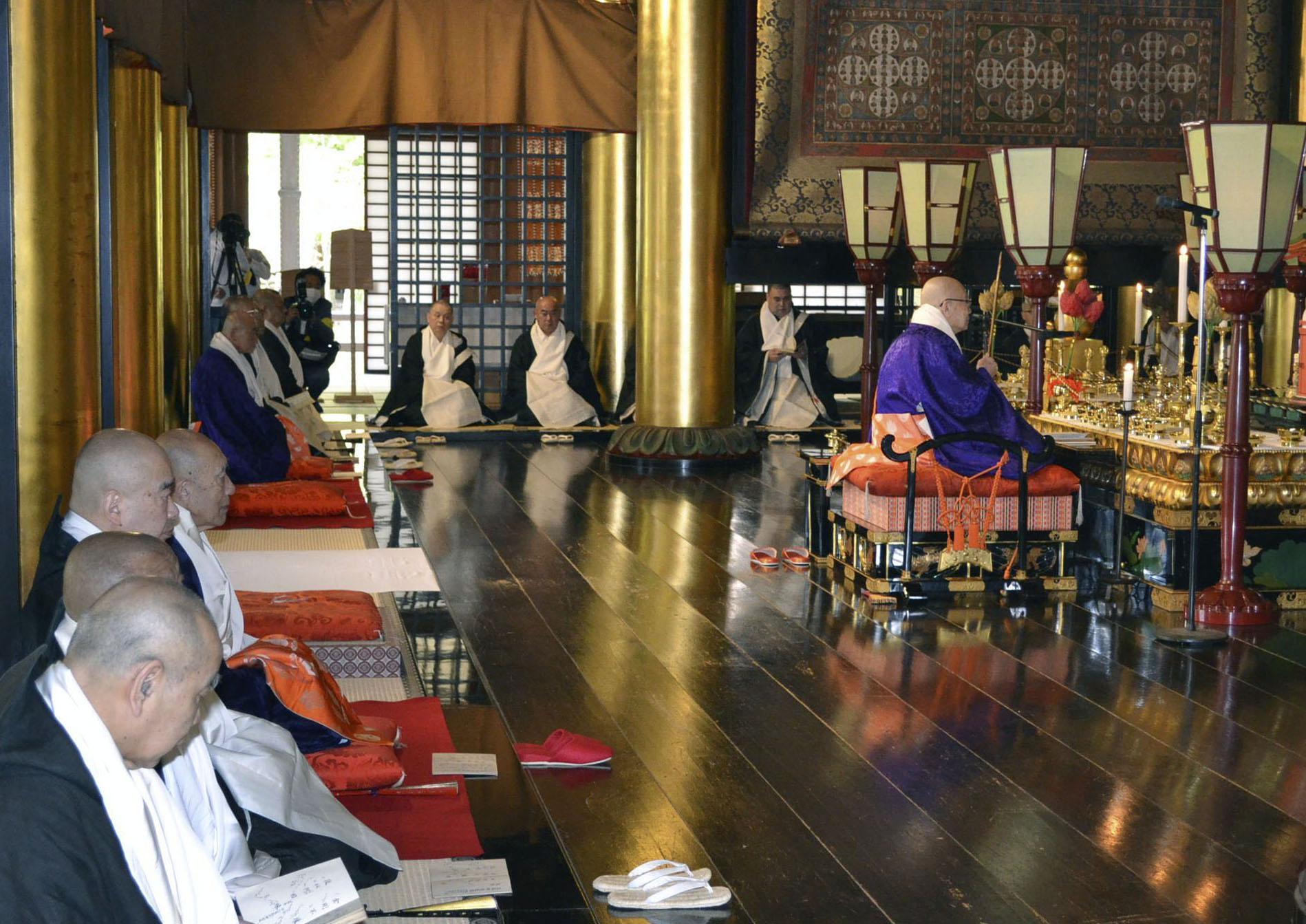 高野山壇上伽藍の金堂で営まれた物故者追悼法会=3日、和歌山県高野町