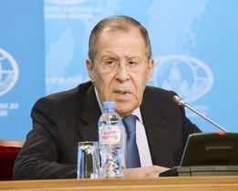 17日、モスクワのロシア外務省で記者会見するラブロフ外相代行(共同)
