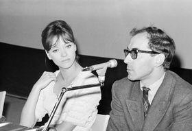 ベネチア国際映画祭でのアンナ・カリーナさん(左)とジャンリュック・ゴダール監督=1965年(AP=共同)