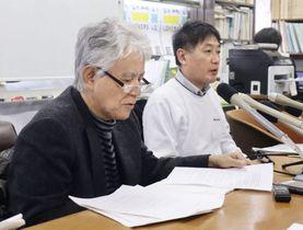 長崎大のバイオセーフティーレベル4の研究施設建設差し止めを求める仮処分申請を前に、記者会見する木須博行さん(左)ら申立人=22日、長崎市
