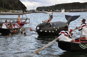 和歌山県太地町で行われた、古式捕鯨を再現する「太地浦勇魚祭」=14日午後