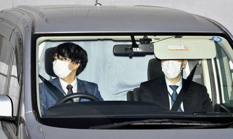 送検のため沢尻エリカ容疑者を乗せ東京湾岸署を出る車=17日午前8時7分
