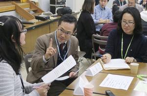 医師と患者の役に分かれ、やさしい日本語で話す練習をする勉強会参加者