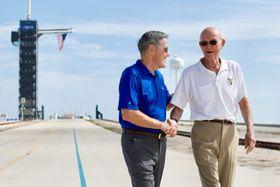 50年前にアポロ11号が打ち上げられた米フロリダ州の発射場を訪ね、当時を振り返るマイケル・コリンズさん(右)=16日(NASA提供、AP=共同)