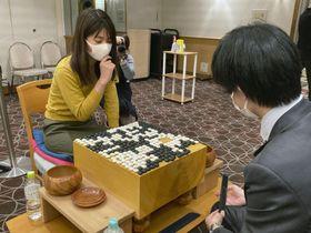 囲碁の第15回広島アルミ杯・若鯉戦で優勝した藤沢里菜女流名人=22日午後、広島市内