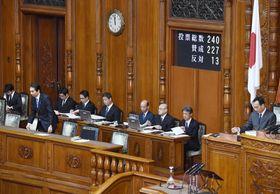 参院本会議で農林水産物・食品輸出促進法が可決、成立し一礼する江藤農相(前列左端)=20日午前