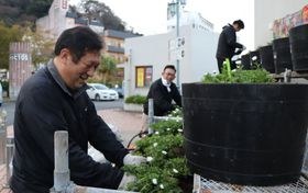 談笑しながら花を植える城谷さん(左)=雲仙市、小浜マリンパーク
