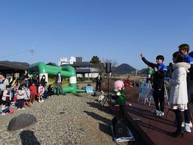 FC岐阜の選手とのじゃんけんで盛り上がる会場=岐阜市長良、長良川うかいミュージアム