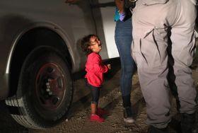 米テキサス州国境付近で母親が拘束され、泣く女児=12日(ゲッティ=共同)