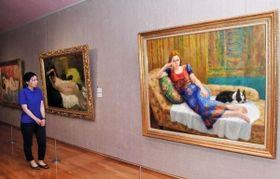 伊藤清永氏の作品(左、中央)と長女晴子さんの作品(右)が見比べられる親子展=豊岡市立美術館「伊藤清永記念館」