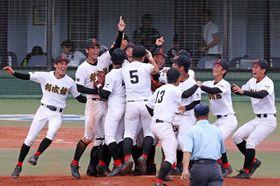勝利の瞬間、マウンドに駆け寄って喜ぶ創成館の選手たち=長崎市、県営ビッグNスタジアム