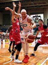 【熊本―広島】第2クオーター、ケネディ(中央)がゴール下へ攻め込むが、熊本の守備でボールを失う(撮影・田中慎二)