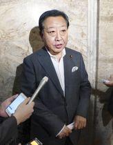 記者団の取材に応じる野田前首相=20日午後、国会