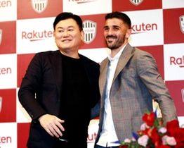 今季限りでの現役引退を表明し、笑顔で写真撮影に応じる神戸のビジャ(右)と三木谷会長=13日午後、神戸市中央区(撮影・鈴木雅之)