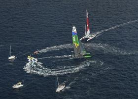 セールGP最終戦最終日、オーストラリア艇(手前)とのマッチレースに臨む日本艇=22日、マルセイユ(セールGP提供・AP=共同)