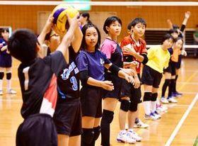 久光製薬スプリングスの選手の指導を受け、真剣に練習に取り組む子どもたち=芦刈文化体育館