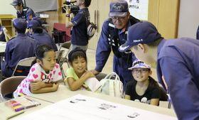 消防団員と意見交換する子どもたち=島原市、杉谷公民館