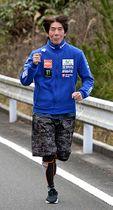 トーチを持つ姿をイメージしながら練習に励む山城通男さん=島根県美郷町内