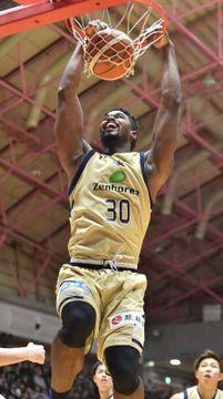 キングス-西宮 第3Q、キングスのヒルトン・アームストロングが64点目のシュートを決める=沖縄市体育館