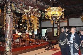 立川流で建築された無極寺本堂内を見学する出席者