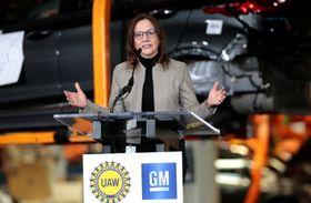 大規模投資について発表するGMのメアリー・バーラ最高経営責任者(CEO)=22日、米ミシガン州レイクオリオン(ロイター=共同)