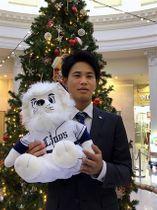 契約合意後、新横浜プリンスホテルのクリスマスツリーの前で端正な顔をほころばせた西武ドラフト2位の浜屋