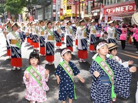 おはら節などを披露し、街を練り歩く踊り連=東京・渋谷