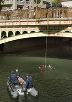 G20外相会合を前に、主会場のホテル近くを流れる川で不審物を探索する愛知県警機動隊の潜水部隊=19日午前、名古屋市