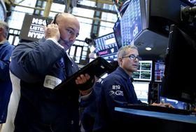 ニューヨーク証券取引所のトレーダーたち=17日(UPI=共同)