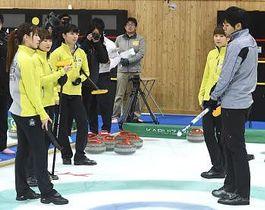 公開練習で両角友佑コーチ(右)から指導を受ける中部電力の選手たち