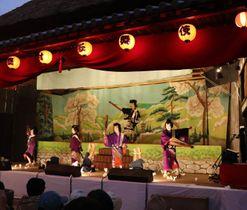 桟敷を埋めた観客を前に「白浪五人男」を熱演する地元の小学生たち=小豆島町中山、春日神社