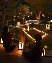 妙心寺の塔頭東林院で行われた秋の夜間特別拝観「梵燈のあかりに親しむ会」の試験点灯=10日午後、京都市