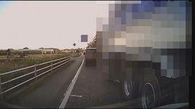 大型ダンプカーが幅寄せ、割り込みする様子を記録したドライブレコーダー映像の一場面(県警提供、画像の一部を加工しています)