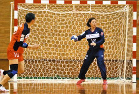 好守備が光ったアランマーレのゴールキーパー、安田絢恵主将(右)=射水市小杉総合体育センターで