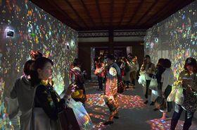 来場者にセンサーが反応し、舞うモミジが床や壁に映し出されるデジタルアート(18日午後6時13分、京都市中京区・二条城)