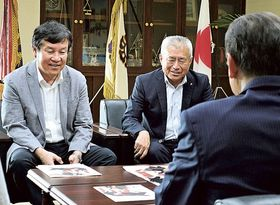大会をPRする服部専務理事(左)ら=藤枝市役所