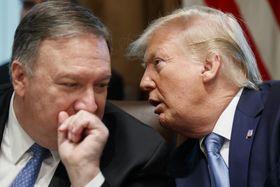 7月16日、米ワシントンのホワイトハウスでの閣議で会話するトランプ大統領(右)とポンペオ国務長官(AP=共同)