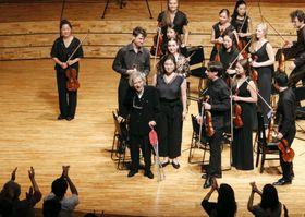 音楽祭で演奏を指揮した後、聴衆の拍手に応える小澤征爾さん(中央)=18日午後、長野県松本市