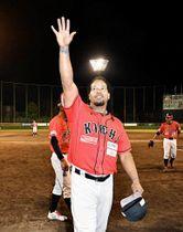 前期最終戦を終え、ファンに手を振るマニー・ラミレス(5月28日、高知市大原町の高知球場)