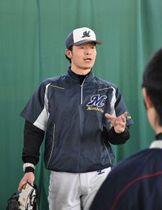 市内の子どもに野球を指導する浅沼さん